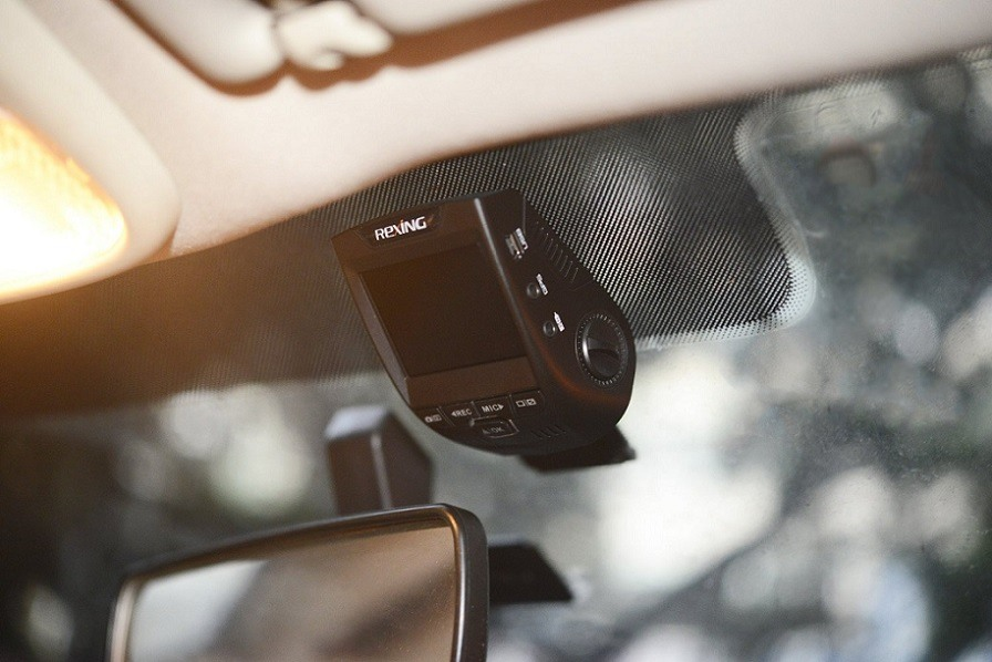 Rexing V1 DashCam Mounted Inside of Car